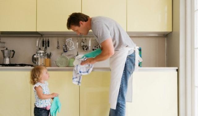 Có nhiều hoạt động mà bố mẹ có thể dành thời gian bên con như dạy con nấu ăn, làm việc nhà...