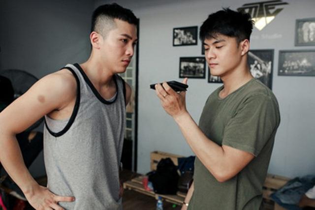 Biên đạo Lâm Vinh Hải (phải) và Mai Tiến Dũng (trái) trao đổi trong quá trình tập luyện cho The Remix.