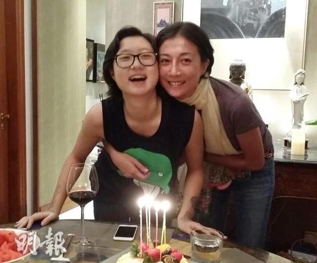Ngô Ỷ Lợi từng có những năm tháng hạnh phúc và vui vẻ bên con gái, Ngô Trác Lâm trước khi cô bé 18 tuổi bỏ nhà ra đi.