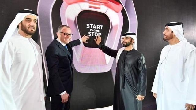 CEO Stefano Domenicali (áo đen bên trái) và Sheikh Mansoor bin Mohammed al-Maktoum (áo đen bên phải) - con trai phó tổng thống kiêm thủ tướng Các Tiểu vương quốc Arab thống nhất (UAE) và là tiểu vương của Dubai bấm nút khánh thành đại lý Lamborghini Dubai hôm 27/4