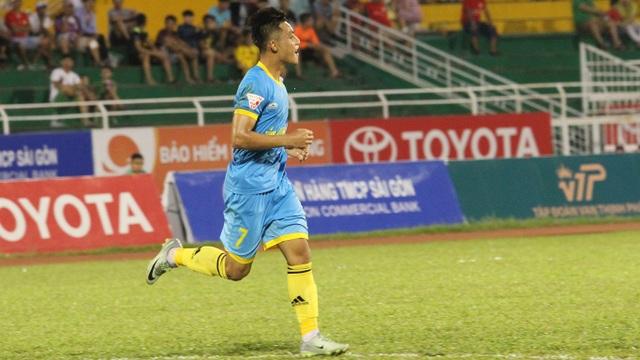 Lâm Ti Phông cùng Khánh Hoà trở thành hiện tượng của V-League năm nay (ảnh: Trọng Vũ)