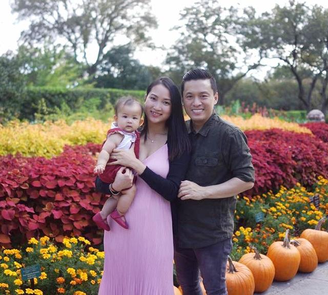 Vợ chồng ca sĩ Lam Trường - Yến Phương cùng đưa con gái đi chơi công viên chơi lễ Halloween. Vợ nam ca sĩ chia sẻ: Không biết sau này con gái của mẹ lớn lên tính cách sẽ như thế nào, nhưng mẹ có thể chắc chắn con là cây cười của cả nhà. Hy vọng con giữ nguyên nét vui vẻ hồn nhiên như thế.