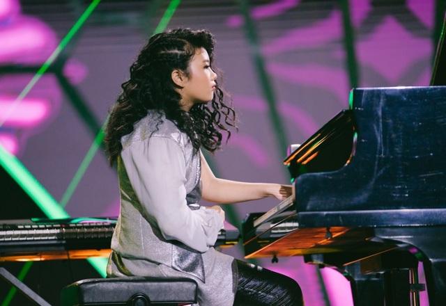 Nhạc sĩ Trần Tiến cảm phục thí sinh nhí đánh keyboard và piano bằng... một tay - 2