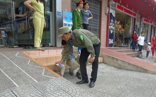 Lực lượng liên ngành của phường Nam Lý tiến hành đo lại mốc lộ giới, đập bỏ các bậc tam cấp, lối lên xuống lấn chiếm