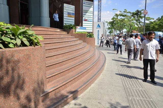 Bậc tam cấp của công ty quản lý nhà TP lấn chiếm vỉa hè đường Nguyễn Huệ