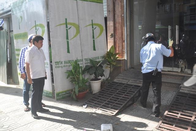 Phó Chủ tịch UBND quận 1 Đoàn Ngọc Hải chỉ đạo phá dỡ cầu thang sắt và phần rào chắn công trình lấn chiếm vỉa hè