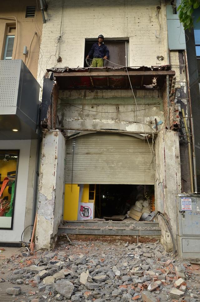 Căn nhà gần đó cũng bị tháo dỡ phần lấn chiếm