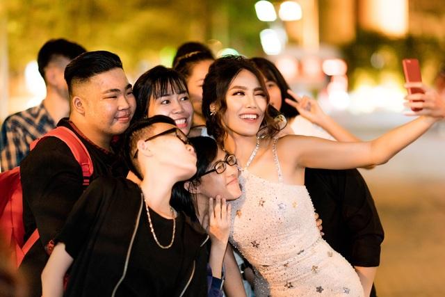 Nữ huấn luyện viên cũng vui vẻ và nhiệt tình ghi lại nhiều khoảnh khắc cùng các bạn trẻ hâm mộ, ủng hộ cô trong suốt thời gian qua.