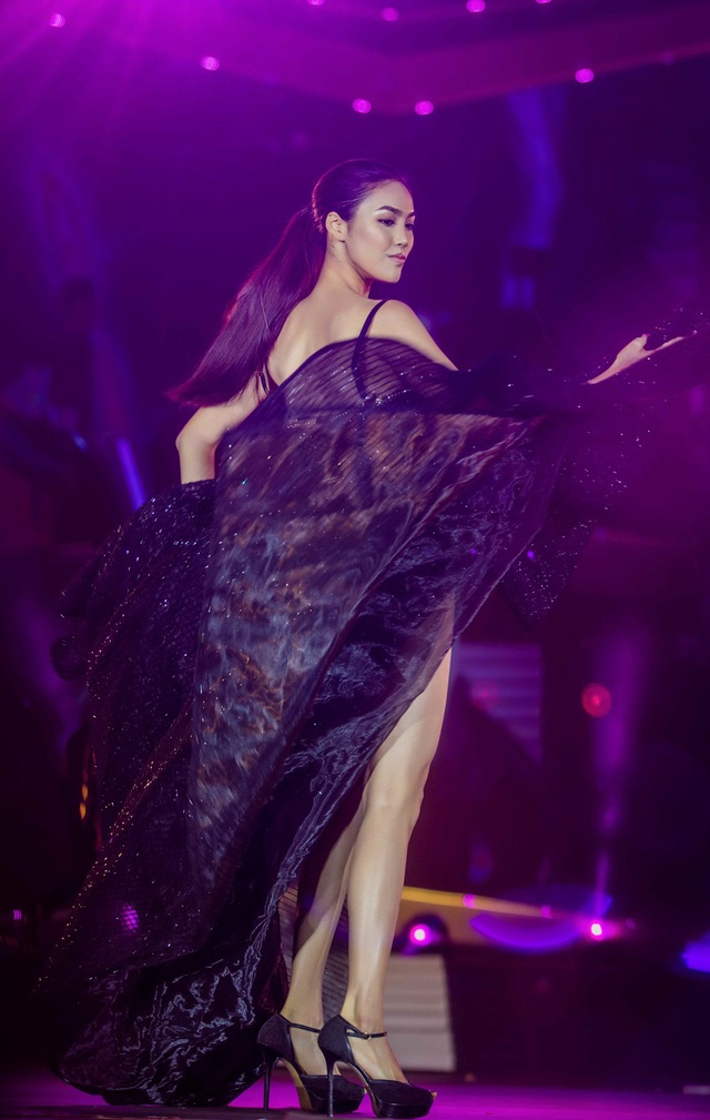 Vươn lên dẫn đầu ở Hoa hậu Hoàn vũ, Hoàng Thùy, Mâu Thủy lại đọ vẻ sexy - 11