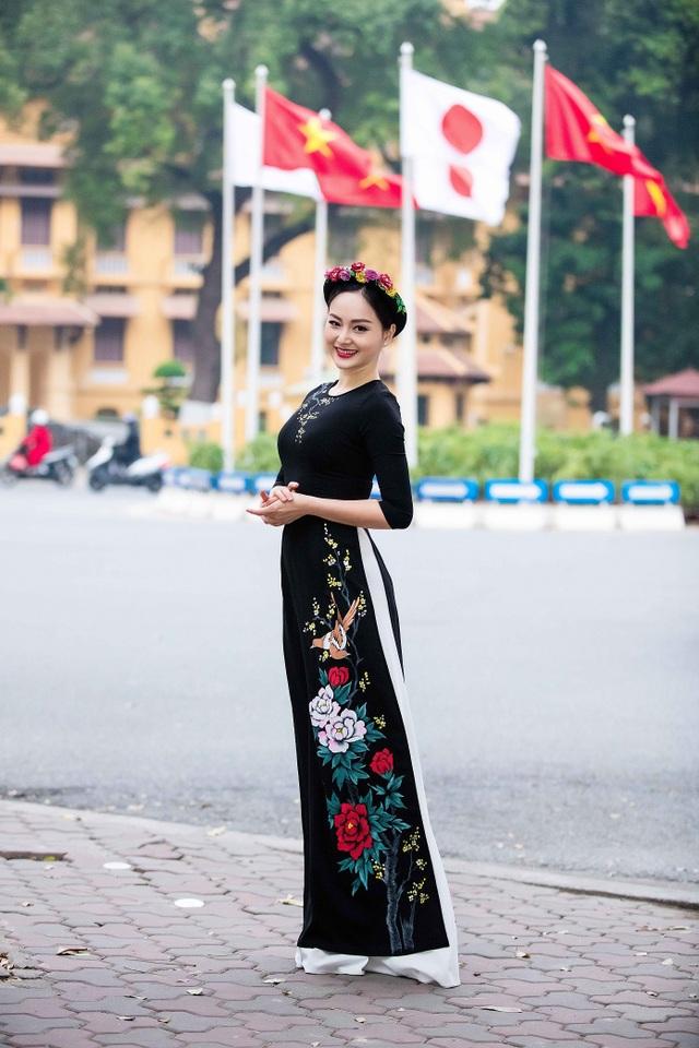 Lan Phương diện tà áo dài lụa tơ tằm và thể hiện được phong thái tươi tắn, nền nã của thiếu nữ Việt.
