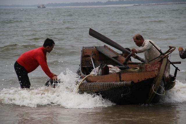 Thuyền các ngư dân cập bờ sau gần 1 ngày lặn bắt tôm hùm