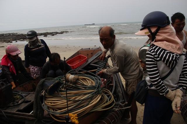 Những dụng cụ lặn bắt tôm giống là dây dẫn khí, chì, ống thở...