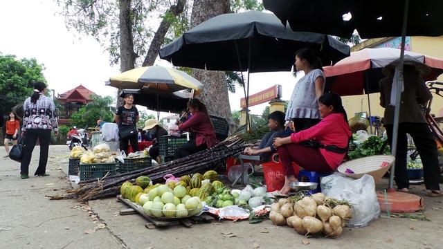 Nhiều ngày qua, nhịp sống thôn Hoành bị đảo lộn; người dân lo canh làng thay vì buôn bán, chạy chợ. Nay nhịp sống đã hối hả trở lại.