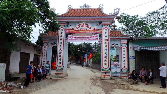 Cổng làng Hoành không còn bị chắn giữ bởi đống đá to uỳnh với những người dân luôn bịt mặt đứng cảnh giới xung quanh.