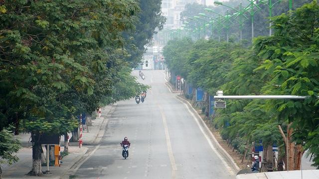 Phố Láng Hạ cũng chỉ lác đác các phương tiện lưu thông