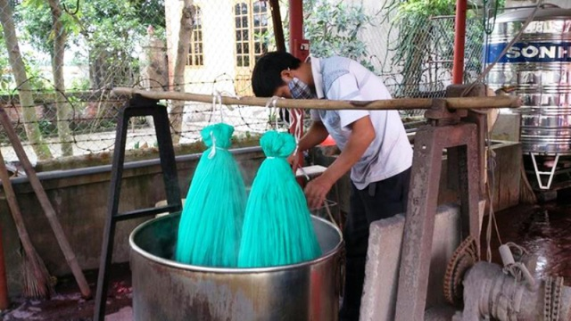 Một trong những công đoạn ở làng dệt á hậu Nha Xá, xã Mộc Nam, huyện Duy Tiên
