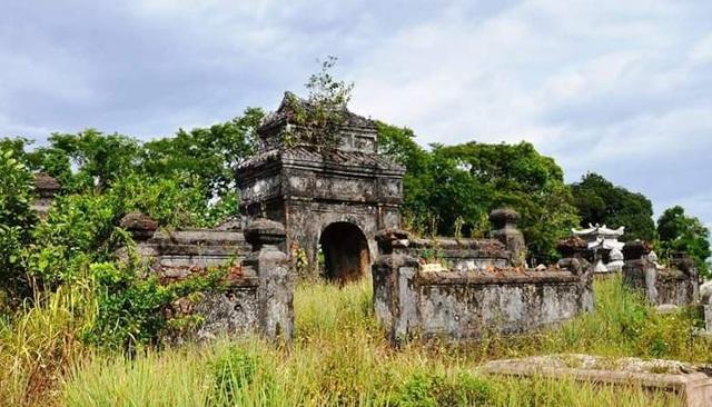 Khu lăng mộ mẹ vua Dục Đức với kiến trúc đẹp nhưng chưa được công nhận di tích, không thuộc phạm vi bảo vệ di tích tại phường Thủy Xuân, TP Huế