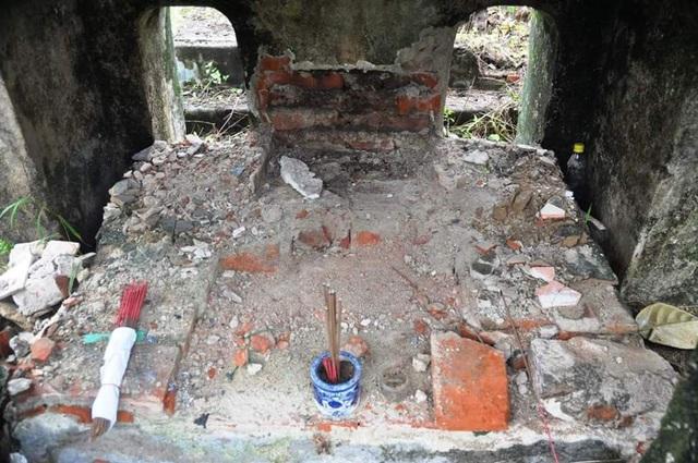 Nhà bia bị đào xới