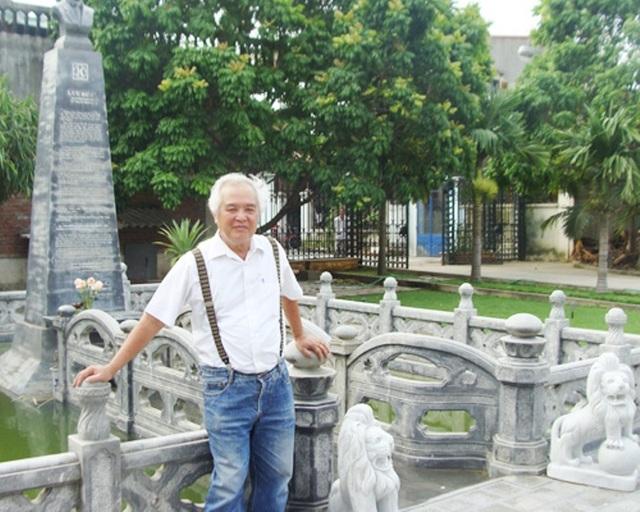 Đại gia Vũ Hồng Khánh bên cạnh lăng mộ tự xây cho mình.