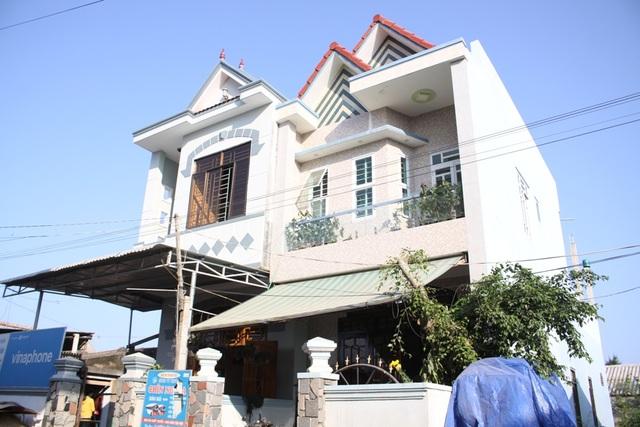 Ngôi nhà khang trang của anh Cao Ngọc Thành (bên phải)
