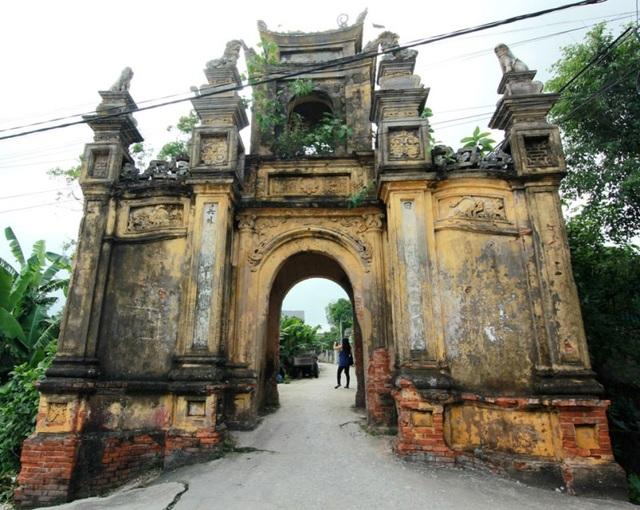 Cổng làng cổ kính đã tồn tại hàng trăm năm.