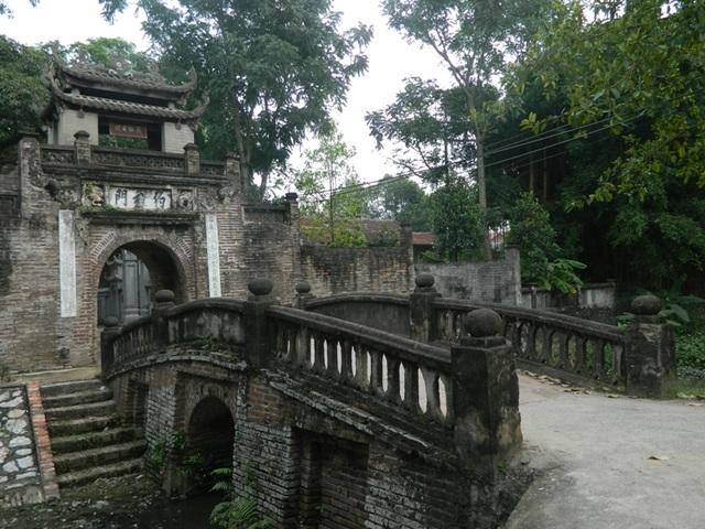 Chiếc cầu dẫn vào làng cũng mang dấu ấn thời gian.