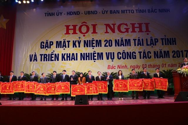 Lãnh đạo tỉnh Bắc Ninh trao cờ cho các đơn vị thi đua xuất sắc.