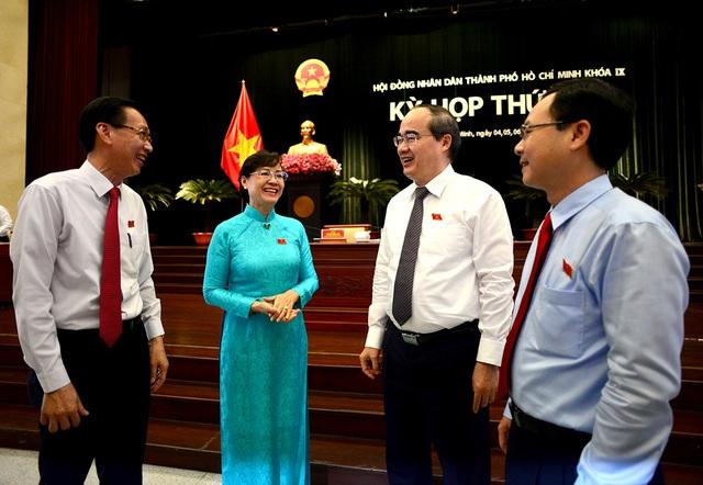 Bí thư Nguyễn Thiện Nhân trao đổi cùng lãnh đạo TPHCM bên lề hội nghị (ảnh Nguyễn Quang)