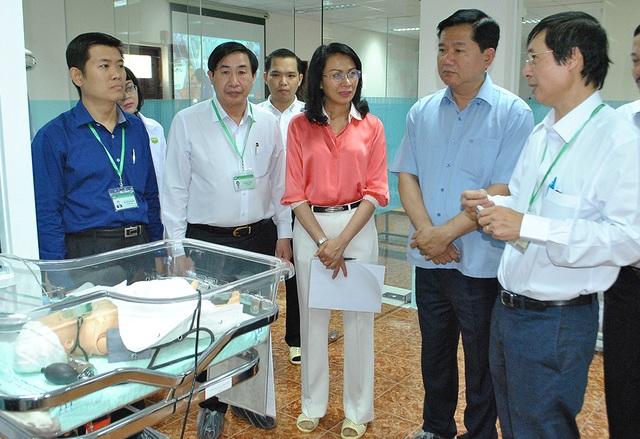 PGS.TS Ngô Minh Xuân (thứ 2 từ trái sang) giới thiệu phòng thực hành của trường ĐH Y khoa Phạm Ngọc Thạch trong đợt nguyên Bí thư Thành uỷ Đinh La Thăng thăm trường
