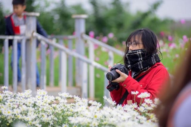 Trời lạnh, nhiệt độ ngoài trời giảm sâu nên các tay máy chụp cũng phải khắc phục bằng đủ mọi cách.