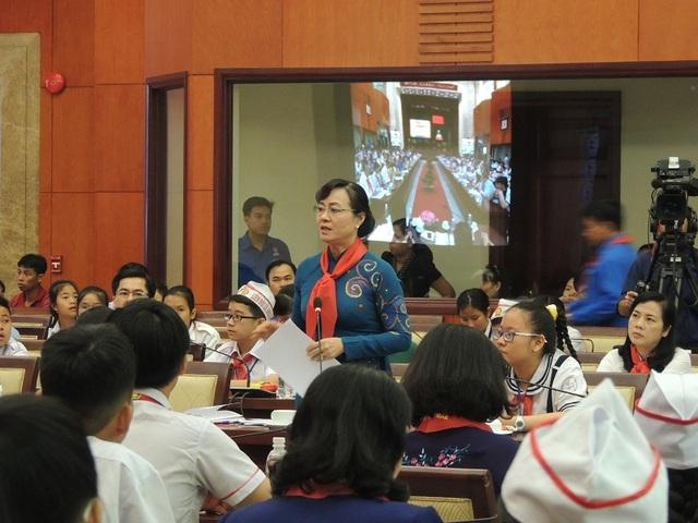 Chủ tịch HĐND TPHCM, bà Nguyễn Thị Quyết Tâm thốt lên rằng bà rất phục khả năng quan sát, đánh giá, cách lập luận và tranh luận và cả tấm lòng nhân ái của cô nữ sinh lớp 6