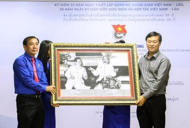 Bí thư thứ nhất T.Ư Đoàn Lê Quốc Phong trao tặng ảnh kỷ niệm cho đại diện đoàn đại biểu Lào tham gia hành trình Theo dấu chân lãnh tụ Việt Nam - Lào năm 2017.