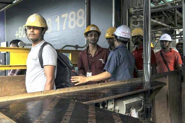 Malaysia bắt hàng trăm lao động nước ngoài bất hợp pháp - 1