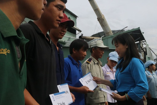 LĐLĐ tỉnh Khánh Hòa trao phần quà hỗ trợ cho 20 lao động của Cty TNHH Sao Việt bị thiệt hại nặng về nhà ở do bão và phải nghỉ việc trong thời gian tới. Ảnh: T.T