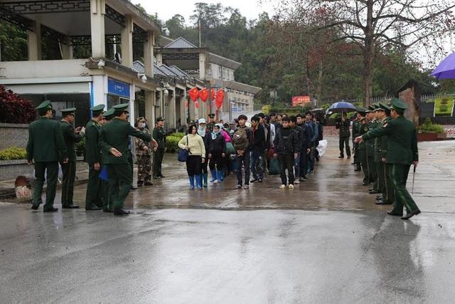 Phòng Quản lý xuất nhập cảnh công an tỉnh Lạng Sơn tiếp nhận công dân Việt Nam được trao trả về nước.
