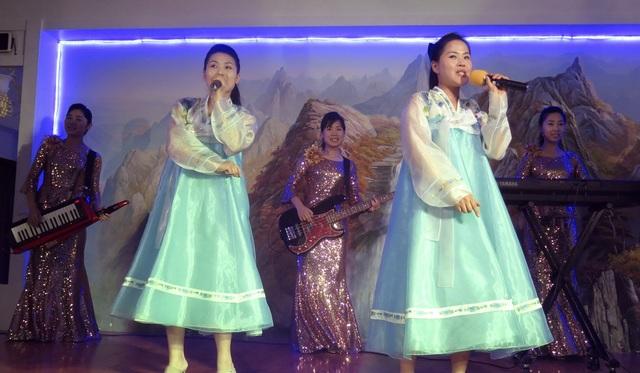 Các nữ nhân viên Triều Tiên trong cửa hàng Triều Tiên ở Dubai. (Ảnh: AP)
