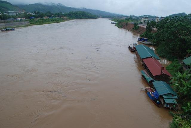 Nước lũ sông Hồng đang lên cao