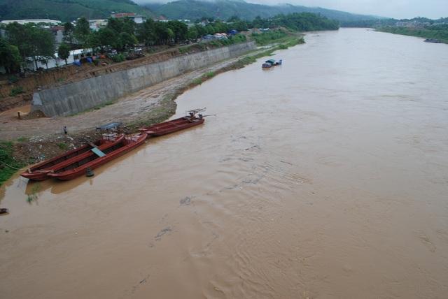 Lũ sông Hồng về làm gián đoạn tuyến vận tải hàng hóa xuất nhập khẩu qua biên giới vì nhiều thuyền chở hàng phải đi sơ tán tránh bị nước lớn cuốn trôi