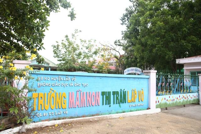 Trường mầm non thị trấn Lấp Vò (huyện Lấp Vò, Đồng Tháp) rộng gần 13.000 m2, là nơi học tập, vui chơi của 445 học sinh từ 3 đến 5 tuổi.