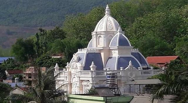 Hình ảnh căn biệt thự theo phong cách Châu Âu được xây dựng ở thị trấn Yên Châu, huyện Yên Châu, Sơn La lan truyền trên mạng xã hội ngày 10/7.