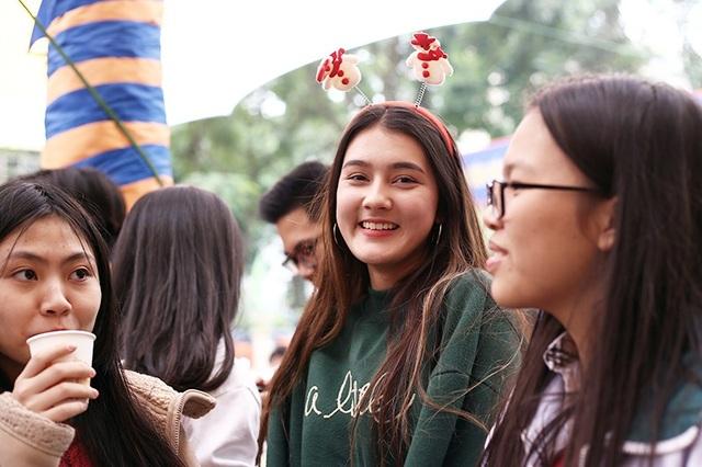 Nụ cười thân thiện của Laura Duyên giữa hội chợ Giáng sinh trường Lomonoxop