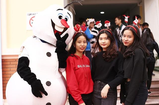 """Người tuyết Olaf cũng là một """"nhân vật"""" thu hút sự yêu mến của các học sinh trong trường"""