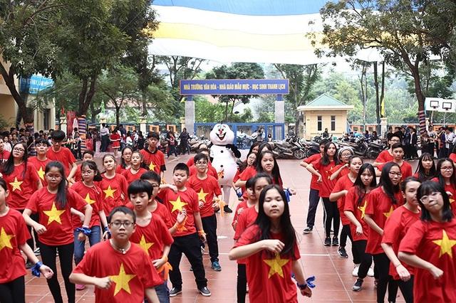 Màn đồng diễn flashmob được diễn ra với sự góp mặt của 100 học sinh trong trường