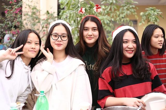 Nhiều bạn bè trong trường chụp ảnh cùng Laura Duyên