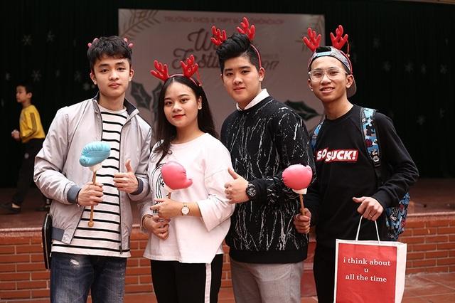 """""""Bông hồng lai"""" gây chú ý tại hội chợ Giáng sinh trường Lomonoxop - 7"""