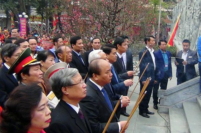 Thủ tướng Nguyễn Xuân Phúc cùng đoàn đại biểu Trung ương và Thành phố Hà Nội dâng hương tại Lễ kỷ niệm