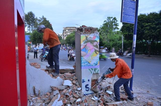 Ngay trong buổi chiều, bức tường đã bị phá bỏ