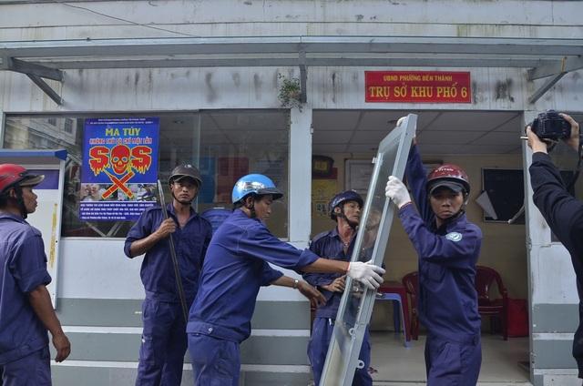 Lực lượng chức năng tháo dỡ trụ sở khu phố lấn chiếm vỉa hè