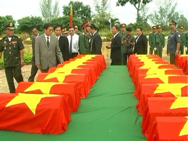 Bộ Tư lệnh Quân khu 9 cùng các Đoàn tỉnh Prây-veng và tỉnh Pô-sát, Vương quốc Campuchia viếng các hài cốt liệt sĩ