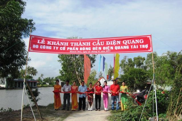 Đại diện Điện Quang và chính quyền địa phương cắt băng khánh thành cầu